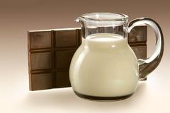 γάλα κανατών σοκολάτας στοκ φωτογραφία με δικαίωμα ελεύθερης χρήσης