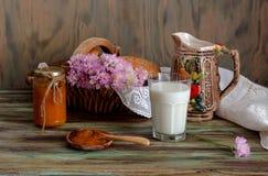 Γάλα, μαρμελάδα και bagels στον πίνακα Στοκ Εικόνες