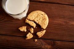 γάλα μπισκότων γάλα γυαλιού μπισκότων σ&omic Εκλεκτής ποιότητας κοιτάξτε Νόστιμα μπισκότα και ποτήρι του γάλακτος στοκ φωτογραφία με δικαίωμα ελεύθερης χρήσης
