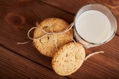 γάλα μπισκότων γάλα γυαλιού μπισκότων σ&omic Εκλεκτής ποιότητας κοιτάξτε Νόστιμα μπισκότα και ποτήρι του γάλακτος στοκ φωτογραφία