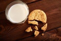 γάλα μπισκότων γάλα γυαλιού μπισκότων σ&omic Εκλεκτής ποιότητας κοιτάξτε Νόστιμα μπισκότα και ποτήρι του γάλακτος στοκ εικόνες