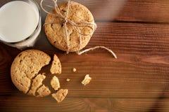 γάλα μπισκότων γάλα γυαλιού μπισκότων σ&omic Εκλεκτής ποιότητας κοιτάξτε Νόστιμα μπισκότα και ποτήρι του γάλακτος στοκ εικόνα