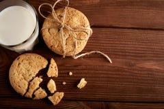 γάλα μπισκότων γάλα γυαλιού μπισκότων σ&omic Εκλεκτής ποιότητας κοιτάξτε Νόστιμα μπισκότα και ποτήρι του γάλακτος στοκ εικόνα με δικαίωμα ελεύθερης χρήσης