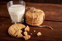 γάλα μπισκότων γάλα γυαλιού μπισκότων σ&omic Εκλεκτής ποιότητας κοιτάξτε Νόστιμα μπισκότα και ποτήρι του γάλακτος στοκ φωτογραφίες