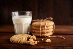γάλα μπισκότων γάλα γυαλιού μπισκότων σ&omic Εκλεκτής ποιότητας κοιτάξτε Νόστιμα μπισκότα και ποτήρι του γάλακτος στοκ φωτογραφίες με δικαίωμα ελεύθερης χρήσης