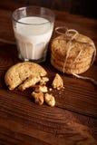 γάλα μπισκότων γάλα γυαλιού μπισκότων σ&omic Εκλεκτής ποιότητας κοιτάξτε Νόστιμα μπισκότα και ποτήρι του γάλακτος στοκ εικόνες με δικαίωμα ελεύθερης χρήσης