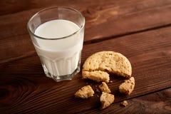 γάλα μπισκότων γάλα γυαλιού μπισκότων σ&omic Εκλεκτής ποιότητας κοιτάξτε στοκ φωτογραφίες