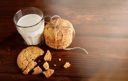 γάλα μπισκότων γάλα γυαλιού μπισκότων σ&omic Εκλεκτής ποιότητας κοιτάξτε στοκ φωτογραφία με δικαίωμα ελεύθερης χρήσης