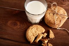 γάλα μπισκότων γάλα γυαλιού μπισκότων σ&omic Εκλεκτής ποιότητας κοιτάξτε στοκ φωτογραφία