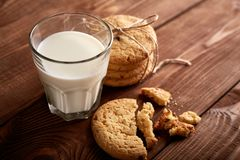 γάλα μπισκότων γάλα γυαλιού μπισκότων σ&omic Εκλεκτής ποιότητας κοιτάξτε στοκ εικόνα με δικαίωμα ελεύθερης χρήσης