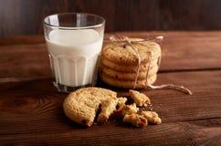 γάλα μπισκότων γάλα γυαλιού μπισκότων σ&omic Εκλεκτής ποιότητας κοιτάξτε στοκ εικόνες με δικαίωμα ελεύθερης χρήσης