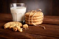 γάλα μπισκότων γάλα γυαλιού μπισκότων σ&omic Εκλεκτής ποιότητας κοιτάξτε στοκ εικόνες