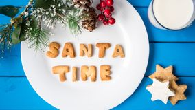 γάλα μπισκότων Τοπ άποψη των μπισκότων και του γάλακτος για Santa Στοκ εικόνα με δικαίωμα ελεύθερης χρήσης