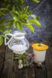 Γάλα στο γυαλί που ανατρέπεται στον πίνακα με την εύγευστη ιδέα παιδιών στοκ εικόνα με δικαίωμα ελεύθερης χρήσης