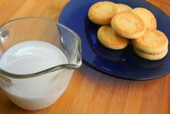 γάλα 2 μπισκότων Στοκ εικόνες με δικαίωμα ελεύθερης χρήσης