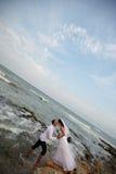 γάμος ακτών νεόνυμφων νυφών στοκ φωτογραφίες