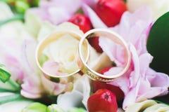 γάμος δαχτυλιδιών λουλουδιών Στοκ Φωτογραφία