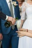 γάμος εκμετάλλευσης γυαλιού σαμπάνιας νυφών στοκ εικόνες
