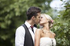 Γάμος, ευτυχής νεαρός άνδρας και εορτασμός γυναικών Στοκ Φωτογραφίες