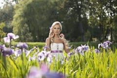 Γάμος, ευτυχής νεαρός άνδρας και εορτασμός γυναικών Στοκ φωτογραφίες με δικαίωμα ελεύθερης χρήσης