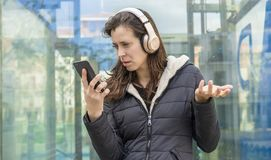 Γάμος, ζηλοτυπία και υποψία στο τηλέφωνο κυττάρων, ζεύγος probl στοκ φωτογραφία με δικαίωμα ελεύθερης χρήσης