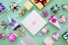 Γάμος καθορισμένος - περίκομψα κιβώτια εγγράφου, λουλούδια διακοσμήσεων και δώρα Τοπ όψη Στοκ Εικόνες