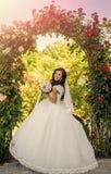 γάμος κατάταξης τεμαχίων φορεμάτων μοντέρνη θέτοντας γυναίκα Νύφη με τη μακριά τρίχα brunette με το λουλούδι Στοκ φωτογραφίες με δικαίωμα ελεύθερης χρήσης