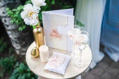 γάμος κορδελλών πρόσκλησης λουλουδιών κομψότητας λεπτομέρειας διακοσμήσεων ανασκόπησης Στοκ Φωτογραφίες