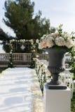 γάμος κορδελλών πρόσκλησης λουλουδιών κομψότητας λεπτομέρειας διακοσμήσεων ανασκόπησης Βάζο και γαμήλια αψίδα Στοκ φωτογραφία με δικαίωμα ελεύθερης χρήσης