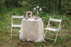γάμος κορδελλών πρόσκλησης λουλουδιών κομψότητας λεπτομέρειας διακοσμήσεων ανασκόπησης όμορφος πίνακας για μια ρομαντική ημερομην Στοκ Εικόνες