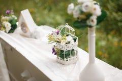 γάμος κορδελλών πρόσκλησης λουλουδιών κομψότητας λεπτομέρειας διακοσμήσεων ανασκόπησης ρολόι, ανθοδέσμη στον πίνακα Στοκ Εικόνες