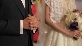 γάμος λουλουδιών τελετής νυφών νεόνυμφος και νύφη στη ημέρα γάμου τους απόθεμα βίντεο