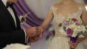 γάμος λουλουδιών τελετής νυφών νεόνυμφος και νύφη στη ημέρα γάμου τους φιλμ μικρού μήκους