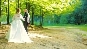 γάμος νεόνυμφων εκκλησιών τελετής νυφών Ζεύγος που περπατά στο δάσος φιλμ μικρού μήκους