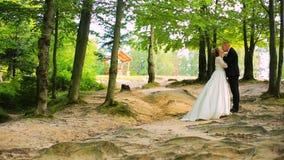 γάμος νεόνυμφων εκκλησιών τελετής νυφών Ζεύγος που περπατά στο δάσος απόθεμα βίντεο