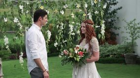 γάμος νεόνυμφων τελετής ν&u Τροπικός κήπος στο βράδυ Καλό ζεύγος newlyweds φιλμ μικρού μήκους