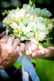 γάμος ντεκόρ Τα παπούτσια νυφών ` s, μια όμορφη γαμήλια ανθοδέσμη, τα δαχτυλίδια, η μπουτονιέρα και το κόσμημα σχεδιάζονται υπέρο Στοκ εικόνα με δικαίωμα ελεύθερης χρήσης