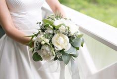 1 γάμος νυφών ανθοδεσμών Πρωί στη ημέρα γάμου στο καλοκαίρι Όμορφοι άσπροι peonies και ευκάλυπτος μιγμάτων Στοκ Φωτογραφία