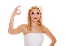 γάμος Νύφη που παρουσιάζει εντάξει εντάξει σημάδι χεριών επιτυχίας Στοκ Φωτογραφία