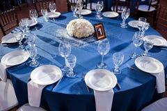 γάμος _ Οι καρέκλες και η διάσκεψη στρογγυλής τραπέζης για τους φιλοξενουμένους, που εξυπηρετούνται με τα μαχαιροπήρουνα και τα π Στοκ εικόνες με δικαίωμα ελεύθερης χρήσης