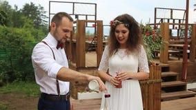 γάμος λουλουδιών τελετής νυφών Όμορφο ζεύγος και η τελετή άμμου φιλμ μικρού μήκους