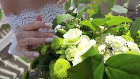Γάμος, πέταλα λαβών νυφών σε μια ανθοδέσμη φιλμ μικρού μήκους