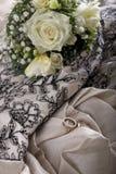 Γάμος που θέτει με την όμορφη ανθοδέσμη νυφών των λουλουδιών και δύο Στοκ εικόνα με δικαίωμα ελεύθερης χρήσης