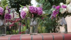 γάμος πρώτου πλάνου εστίασης 3 ανθοδεσμών απόθεμα βίντεο