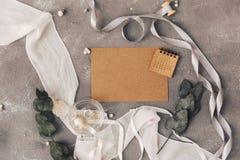 γάμος σκαλοπατιών πορτρέτου φορεμάτων έννοιας νυφών Πρόσκληση σε ένα γκρίζο υπόβαθρο με τις διακοσμήσεις Στοκ εικόνες με δικαίωμα ελεύθερης χρήσης