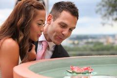Γάμος στη φύση, τη νύφη και το νεόνυμφο που φαίνονται μια ροή νερό-κρίνων στοκ φωτογραφία με δικαίωμα ελεύθερης χρήσης