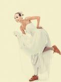 γάμος Τρέχοντας αστεία γυναίκα νυφών στα αθλητικά παπούτσια Στοκ Εικόνες