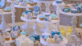 Γάμος φραγμών καραμελών, μπουφές καραμελών, εύγευστος φραγμός καραμελών σε έναν γάμο απόθεμα βίντεο