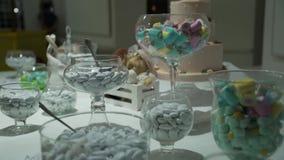 Γάμος φραγμών καραμελών, μπουφές καραμελών, πηγή σοκολάτας, κέικ απόθεμα βίντεο