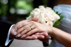 γάμος χεριών ανθοδεσμών Στοκ Φωτογραφίες